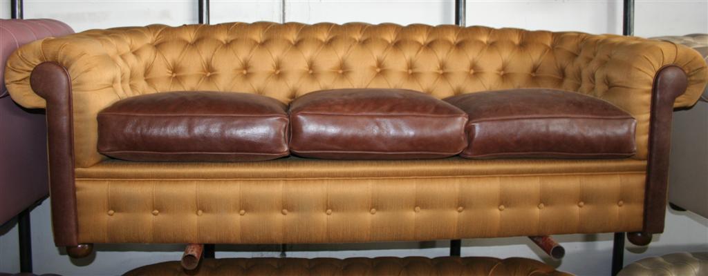 Divani e poltrone divano chesterfield oro e pelle for Lunghezza divano tre posti