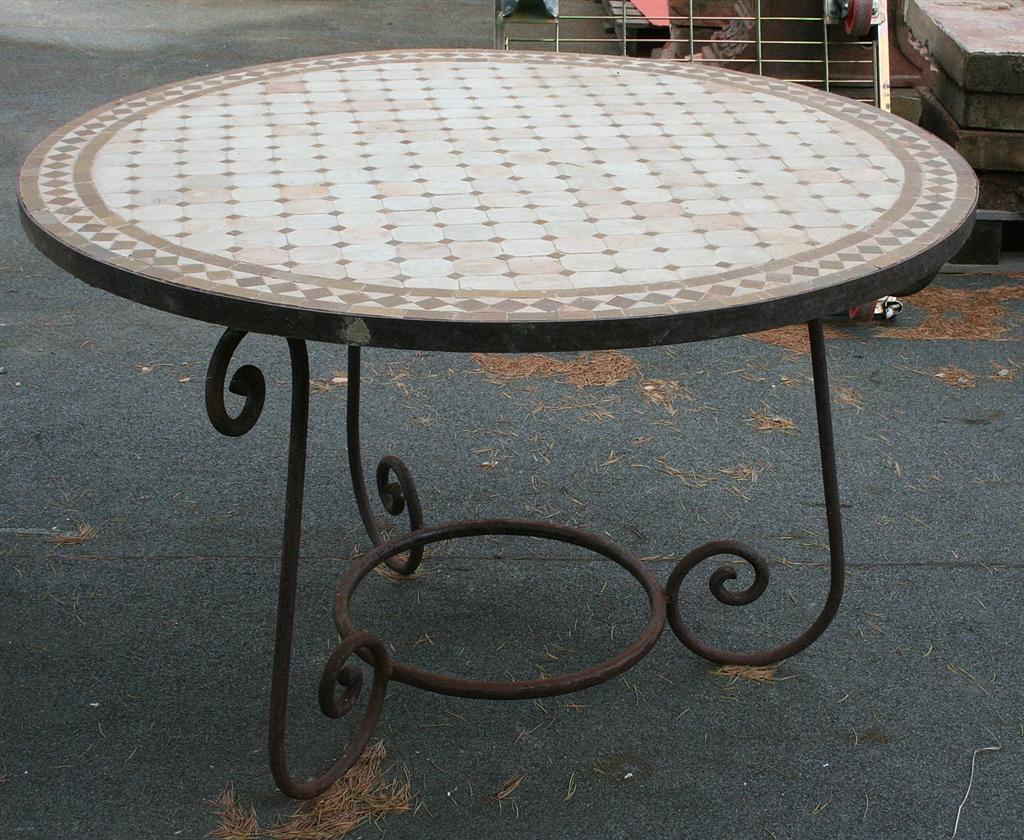 Tavoli da giardino tavolo tondo con mosaico - Tavoli da giardino in ferro battuto e mosaico ...