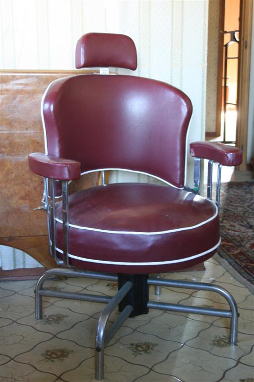 Sedute e cassapanche poltrona da barbiere in pelle for Poltrone da barbiere usate