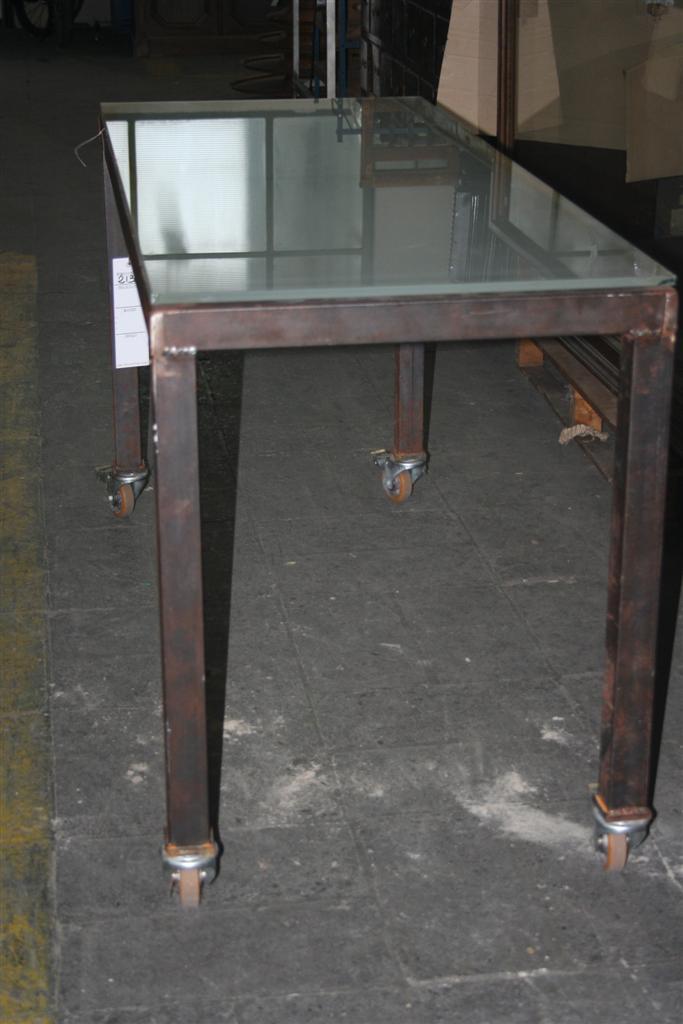 Tavoli tavolo in ferro con ruote industriali for Tavoli di design in ferro