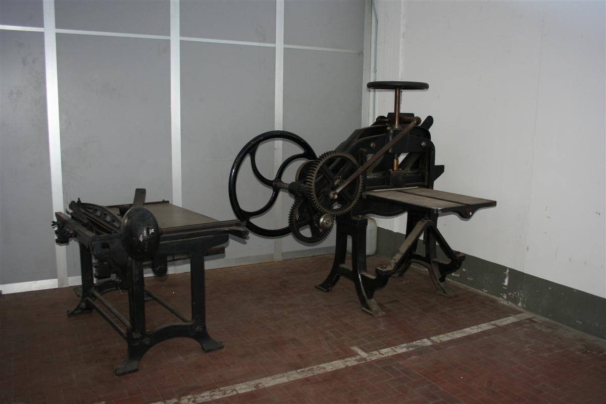 Arredi industriali pressa industriale in ghisa for Arredi industriali