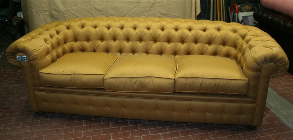 Divani e poltrone divano chesterfield color oro for Divano giapponese