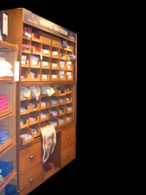 Arredi da negozio: Mobile scarpiera inglese in rovere